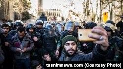 Teheran: Protestuesit bëjnë foto para ambasadës së sulmuar.