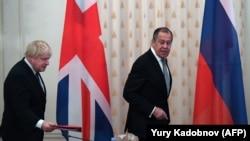 Sergei Lavrov (sağda) və Boris Johnson
