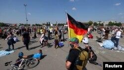 Protest protiv vladinih ograničenja nakon izbijanja epidemije korona virusa, u Cannstatter Wasen području u Stuttgartu, Njemačka, 16. maj 2020.