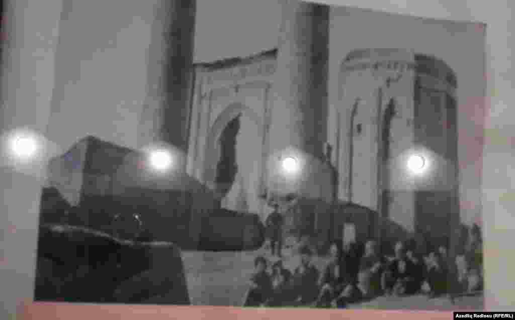 Yakobstal Mömünə Xatun türbəsinin giriş darvazasının önündə bir qrup naxçıvanlının şəklini çəkib