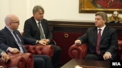 Дневник информира за поплаките од страна на претседателот Иванов до Рикер дека Грција не се ангажира за надминување на спорот за името