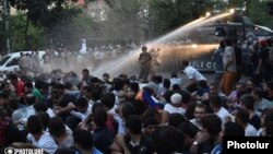 Полиция водометами разгоняет акцию протеста, Ереван, 23 июня 2015 г․