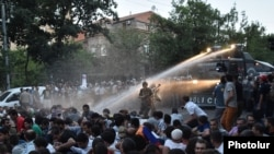 Ոստիկանները ջրցան մեքենաներով ցրում են նստացույցը, 23-ը հունիսի, 2015թ.