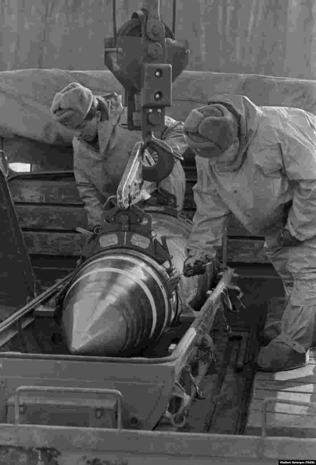 Soldiers lay a nuclear warhead in a container on January 4, 1992. Most tactical nuclear weapons were transferred from Ukraine to Russia.