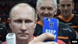 Олигарх Тимченко (в центре) уже потерял от санкций. Новые санкции США ударят по российскому бизнесу еще сильнее