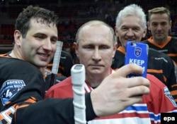 Prezident Vladimir Putin və Roman Rotenberg (solda)