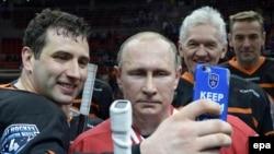 Володимир Путін (у центрі), Роман Ротенберг (ліворуч) і Геннадій Тимченко після хокейного матчу