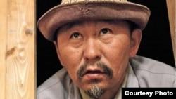 Кыргыз режиссеру Актан Арым Кубат өзү тарткан «Свет аке» тасмасында башкы ролду ойногон.