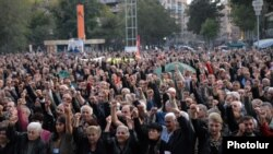 Armenia - Supporters of the opposition Armenian National Congress demonstrate in Yerevan's Liberty Square, 8Oct2011.