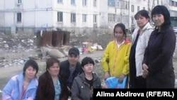 Люди с ограниченными возможностями на фоне бесхозного общежития, в котором они живут. Актобе, 23 апреля 2011 года.