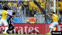 Բրազիլացի Թիագո Սիլվան (աջից) գրավում է Կոլումբիայի հավաքականի դարպասը, 4-ը հուլիսի, 2014թ.