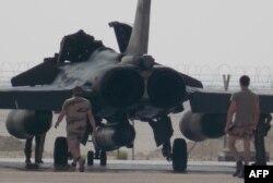 فرانسه (در تصویر جنگنده آن کشور در پایگاهی در امارات) اعلام کرده که در حمایت از عملیات نیروهای آمریکایی، دست به پروازهای شناسایی در عراق میزند