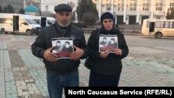 Муртазали и Патимат Гасангусеновы, родители убитых братьев, архивное фото