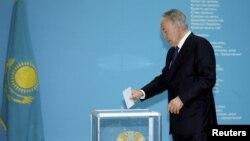 Нурсултан Назарбаєв голосує за «стабільність у державі і за продовження своєї політики», Астана, 26 квітня 2015 року