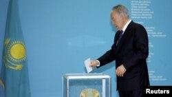 Қазақстан президенті Нұрсұлтан Назарбаев президент сайлауында дауыс беріп тұр. Астана, 26 сәуір 2015 жыл.