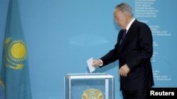 Президент Казахстана Нурсултан Назарбаев опускает бюллетень в урну во время президентских выборов. Астана, 26 апреля 2015 года.