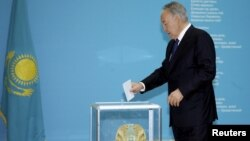 Президент Нұрсұлтан Назарбаевтың кезектен тыс президент сайлауында дауыс беріп жатқан сәті. Aстана, 26 сәуір 2015.