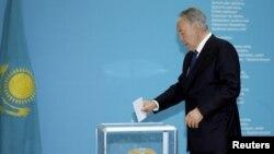 Қазақстан президенті Нұрсұлтан Назарбаев президент сайлауында дауыс беріп тұр. Астана, 26 сәуір 2015 жыл. (Көрнекі сурет)
