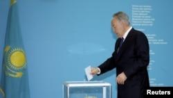 Қазақстан президенті Нұрсұлтан Назарбаев мерзімінен ерте өткен президент сайлауында дауыс беріп тұр. Астана, 26 сәуір 2015 жыл.