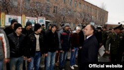 Министр обороны Армении Сейран Оганян на Центральном республиканском сборном пункте, 8 января 2015 г.