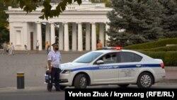 Сотрудник российской ГАИ в защитной маске дежурит на площади Нахимова, 8 октября 2020 года