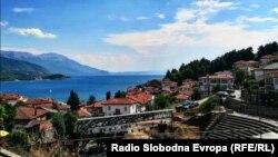 Античкиот театар во македонскиот град Охрид, во близина на Стариот град. Во 1979 година УНЕСКО го прогласи Охридското Езеро за светското наследство според природните критериуми.