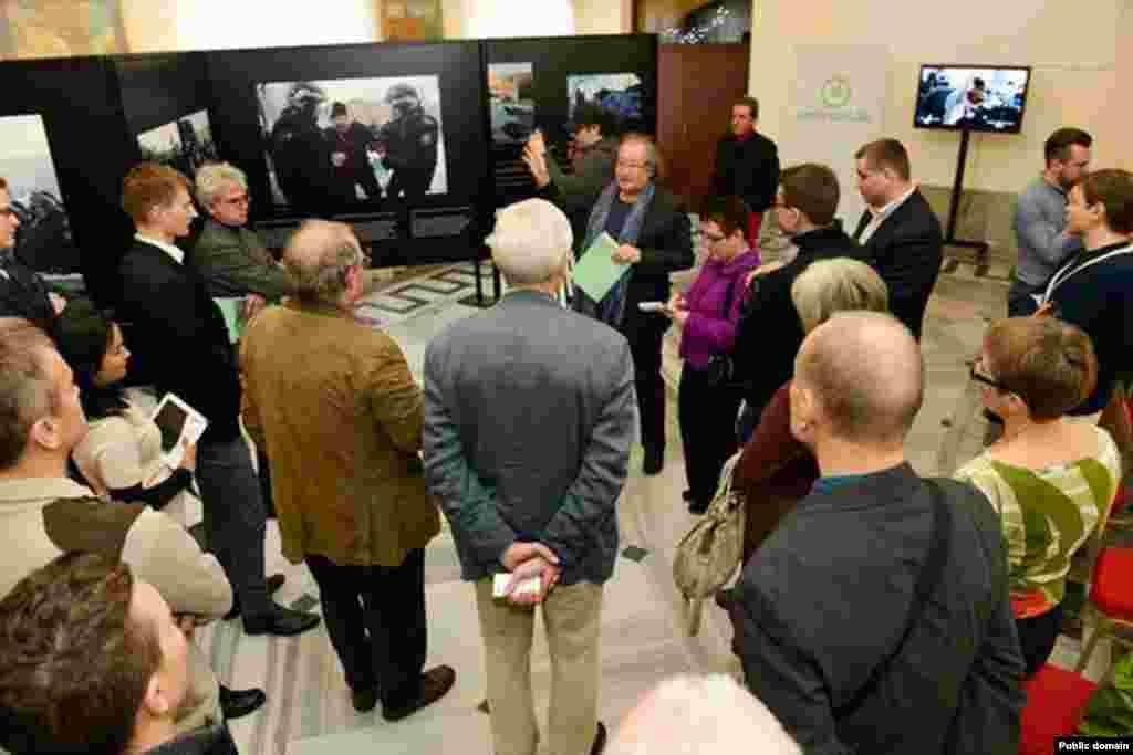 7 декабря в Варшаве открылась фотовыставка на тему «Жанаозен 2011 – правда о правах и свободе». Снимки были сделаны во время Жанаозенских событий простыми нефтяниками, местными и зарубежными журналистами. 16 декабря 2011 года полиция открыла огонь по бастующим нефтяникам в городе Жанаозен. По официальным данным, тогда погибли 16 человек и свыше ста получили ранения.