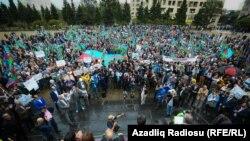 Напряжение между митингующими и полицейскими - [фото]