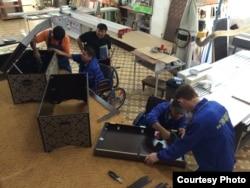 Біржан Қожақов жаңа қызметкерлеріне жұмыс жайын таныстырып жатыр. Орал, 9 қыркүйек 2014 жыл.