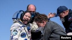 کاتلین روبینز فضانورد امریکایی که با دو فضانورد روسی از ایستگاه بینالمللی فضایی به طور مصون در قزاقستان فرود آمدند.April 17, 2021