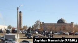 Люди идут на пятничную молитву в мечеть. Жезказган, 25 октября 2013 года.