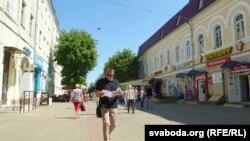 Мінакі вуліцы Ленінскай знаёмяцца са зьместам газэты