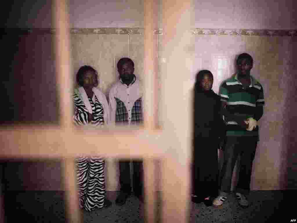 В новом отчете ООН заявляется, что в тюрьмах Ливии, где после падения режима Муаммара Каддафи без суда и следствия содержатся около восьми тысяч его сторонников, широко применяются пытки. На фото: Заключенные в Триполи. 11 октября 2011 года.