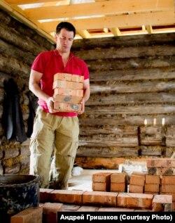Режиссер Гришаков восстанавливает дом прадеда