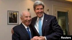 شیمون پرز (چپ) رییس جمهوری اسرائیل در کنار جان کری، وزیر امور خارجه آمریکا.