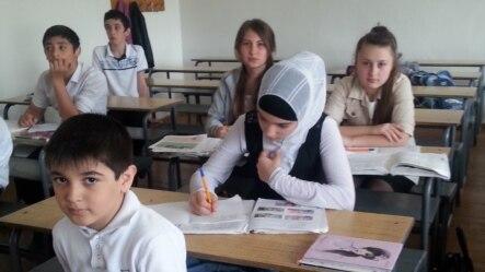 Каспийскалъул школалда.