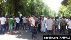 Ташкендеги Педагогикалык университетте тестирлөө жүрүп жатат, сыртта абитуриенттердин жакындары туурушат, 1-август, 2013