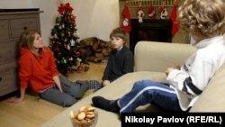 Ukrainaly öňki pornoaktrisa Anastasiýa Hagen öz çagalary bilen, Kounise, 18-nji dekabr, 2012.