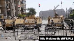المدرعات في احد مداخل ميدات التحرير في القاهرة(من الارشيف)