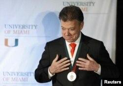 Президент Колумбии Хуан Мануэль Сантос получает почетную медаль университета Майами