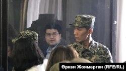 Куандык Бишимбаев (за стеклом) во время суда. 7 ноября 2017 года.