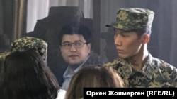 Бывший министр национальной экономики Казахстана Куандык Бишимбаев (в центре) на суде по его делу. Астана, 7 ноября 2017 года.