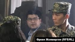 Бұрынғы ұлттық экономика министрі Қуандық Бишімбаев (ортада) сотта отыр. Астана, 7 қараша 2017 жыл.