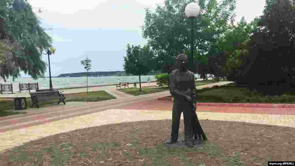 «Мальчик с метлой» – памятник керченским школьникам, участникам трудовых десантов по благоустройству города