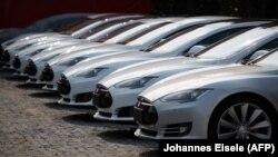 """Автомобили фирмы Tesla - среди форвардов в поиске революционных решений, в частности и """"самоуправляемых"""" машин (архивное фото)"""