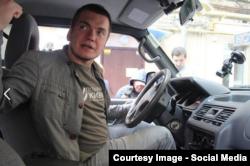 Віталій Дейнега за кермом «військового» таксі (фото зі сторінки фонду «Повернись живим» у Facebook)
