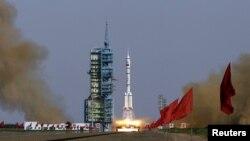 """""""Шэньчжоу-9"""" ғарыш кемесінің ұшырылуы сәті. Қытай, Ганьсу провинциясы, 16 маусым 2012 жыл."""