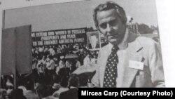 1969- Mircea Carp, corespondent de limba română din partea Vocii Americii, așteptând pe aeroportul Otopeni sosirea lui Richard Nixon