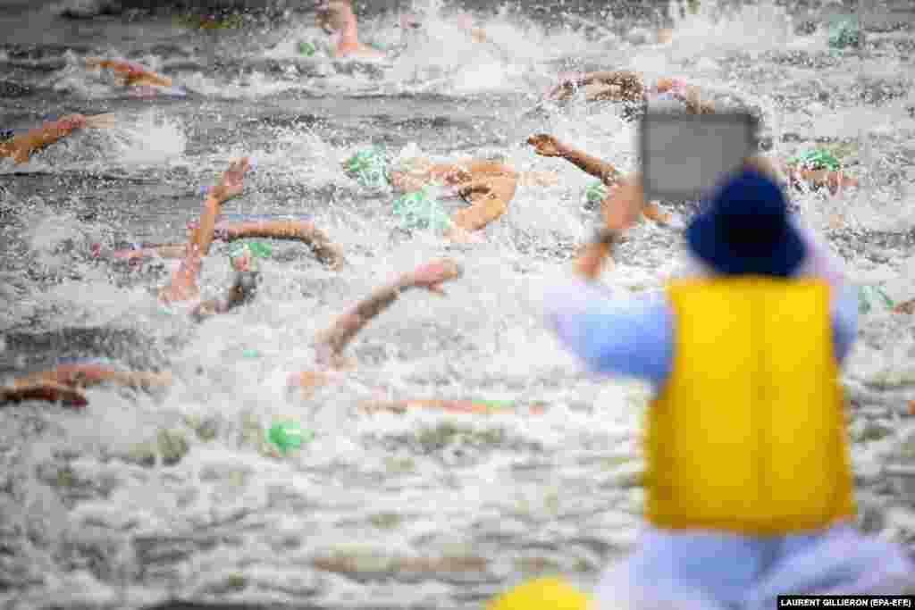 Суддя спостерігає за спортсменками під час індивідуальних змагань із тріатлону серед жінок на літніх Олімпійських іграх 2020 у Токіо. Японія, 27 липня 2021 року