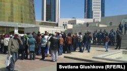 """""""Ипотечники"""" стоят в ожидании у Дома министерств в Астане. 21 мая 2013 года."""